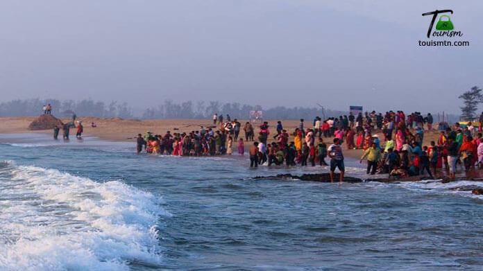 Crowd in mahabalipuram beach