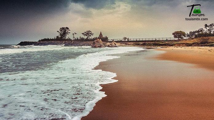 Seashore in mahabalipuram beach with seashore view